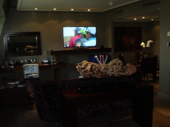 Radisson Blu Edwardian Hampshire Hotel : View of the tv in the suite