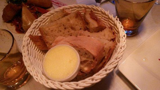 LE BOUCHON- : Corbeille de pain, avec son beurre