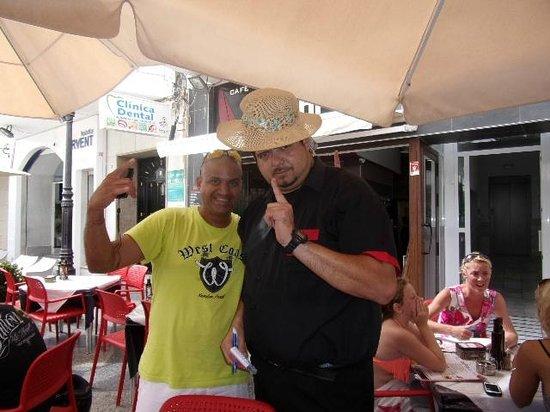 Alingui: Alinghi Bij de fontein.. Kelner Carlos, altijd vriendelijk, altijd geduldig