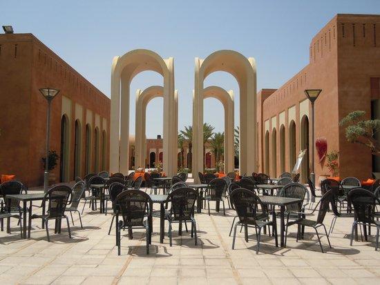 Kenzi Club Agdal Medina: Terrasse entre restaurant et bar