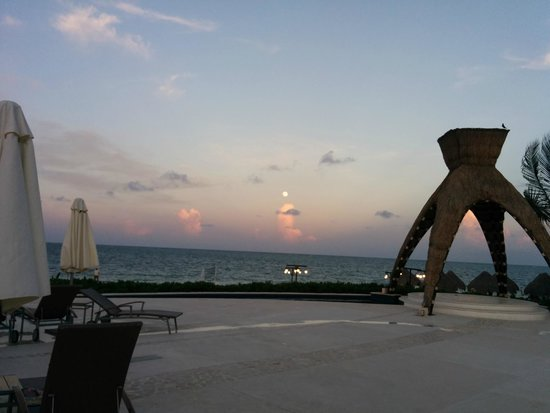 Dreams Riviera Cancun Resort & Spa: Ocean view early revening