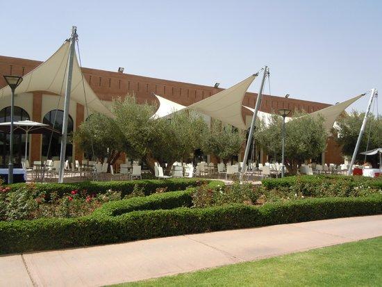 Kenzi Club Agdal Medina: Terrasse ombragée grand restaurant