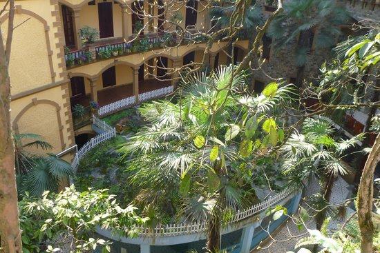 Chau Long Sapa Hotel: вид с улицы на внутренний дворик3