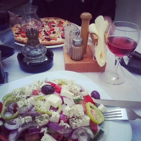 Gravisi Pizzeria : greek pizza and greek salad