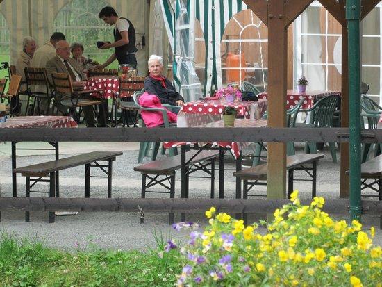 Cafe-Restaurant Waldhotel Pfarrmuhle: Bei Sonne gut Rasten