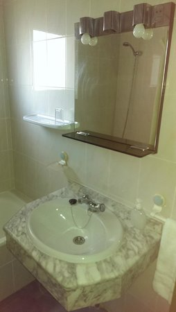 Arcos de Montemar: Sink and mirror that had a bulb out!