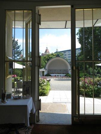 Maritim Hotel Bad Wildungen: Blick vom Speisesaal auf den Musikpavillon im Kurpark