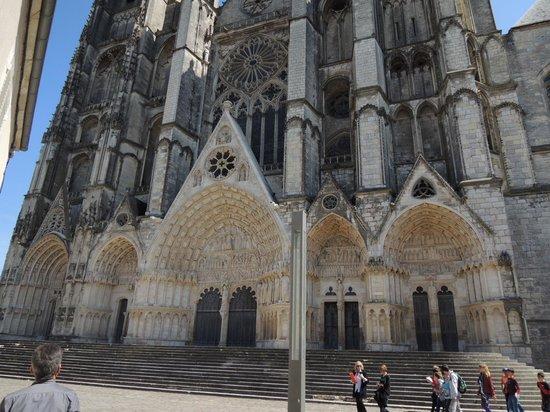 Cathedrale St-Etienne: 正面は大きすぎてカメラに収まり切れません