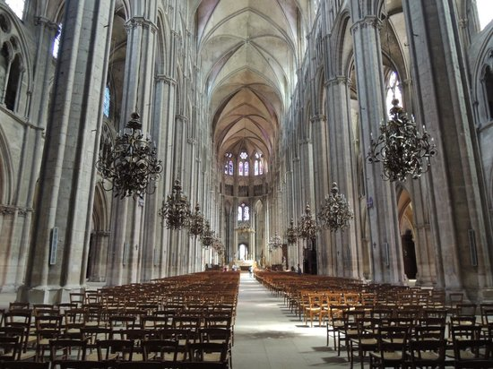Cathedrale St-Etienne: 内部は思ったより明るいです