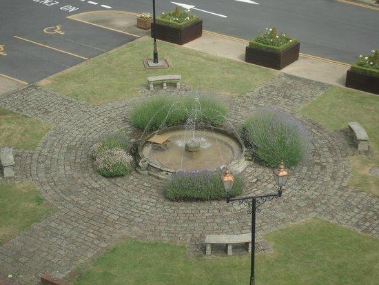 Holiday Inn Sheffield: Fountain from bedroom window