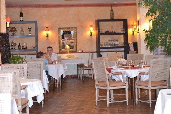 Les Trois Lys : Salle du restaurant