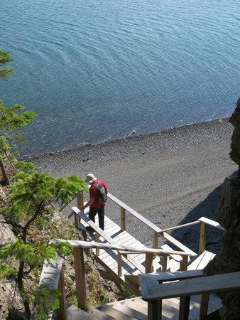 Inn at Bay Ledge: Descent to the beach