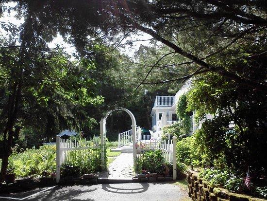 Inn at Bay Ledge: Entrance to gardens behind inn