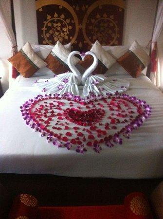 Boomerang Village Resort : honeymoon bed