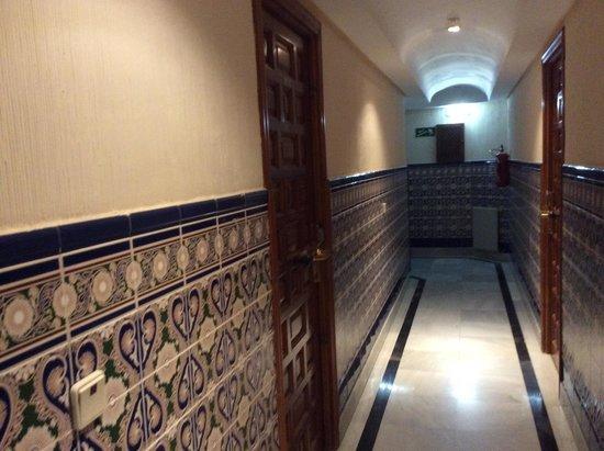 Hotel Santa Isabel: Коридор, выложенный азулежу