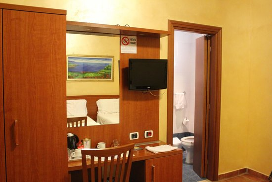Hotel Maryelen: room includes kettle, tv and a fridge