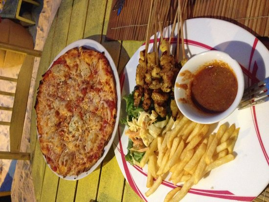 Yellow Cafe : Grilled chicken satay and Hawaii Pizza