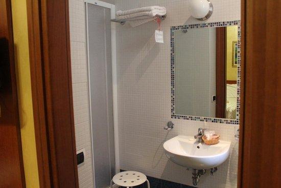 Hotel Maryelen: clean bathroom