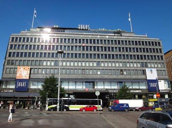 Original Sokos Hotel Vaakuna : ホテル正面(フィンエアーのバス停は、この写真の右方向にあります)