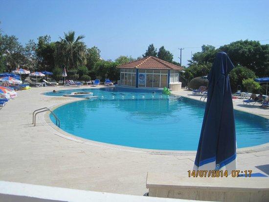 Hotel Sempati: plenty of sun chairs and parasols