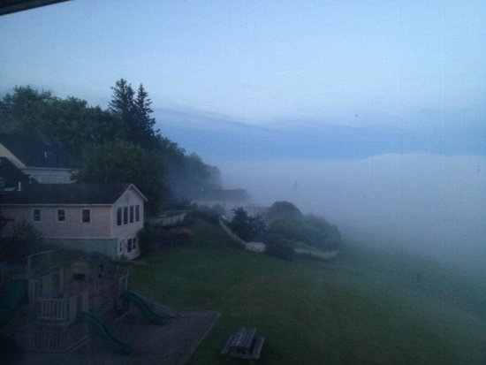 Wildflower Inn: Beautiful summer morning with morning fog.
