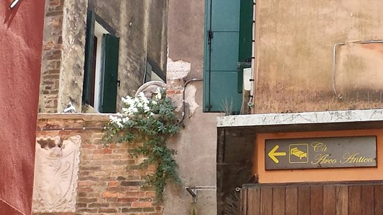 Arco Antico Guest House: Look for this sign