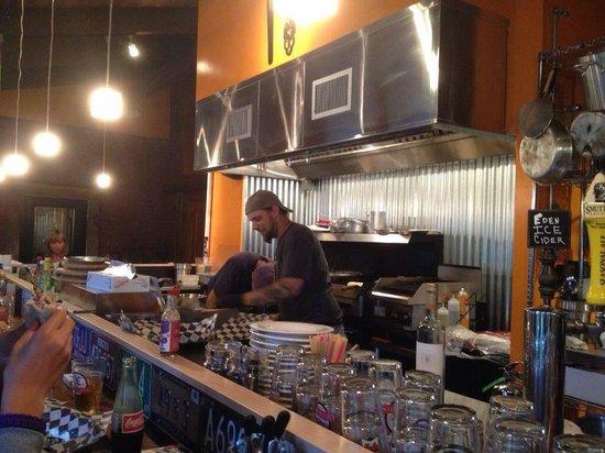 Mojo Cafe: Open kitchen!