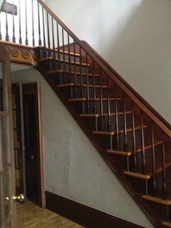 Iron Kettle B&B: Historic stair case to second floor rooms