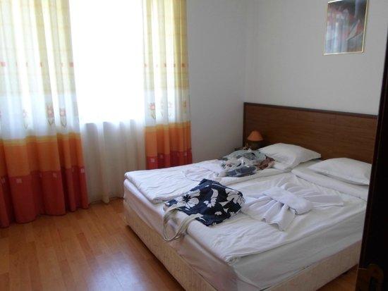 Sunny Day Hotel and Apartments : Спальня в аппартаментах Efir