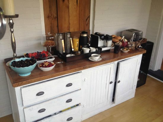 Iron Kettle B&B: Breakfast: cold and hot breakfast with fruit, fresh pastries, coffee, espresso, cappuccino etc