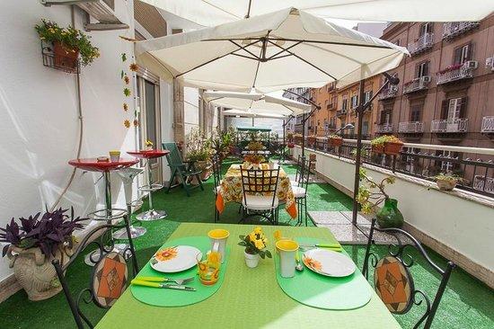 B&B Ai Girasoli : terrazzo sulla via Mariano Stabile