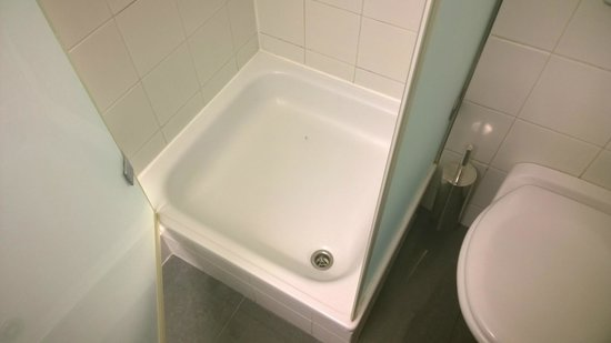 Carlton Hotel Budapest : extremely small bathroom
