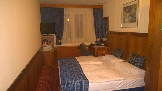 Carlton Hotel Budapest: small room