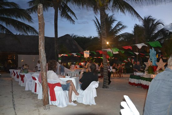 Grand Palladium Kantenah Resort & Spa : ужин на пляже