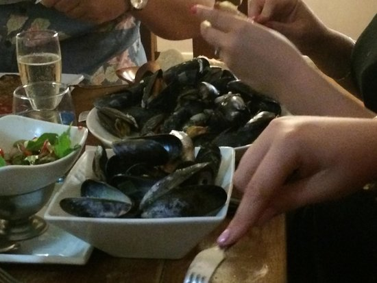White's Seafood & Steak Bar: 1 kilo of mussels for just under £13!! Amazingly good!!