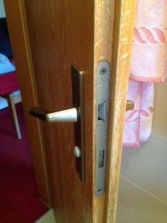 Hotel Garni Roberta : serratura rotta