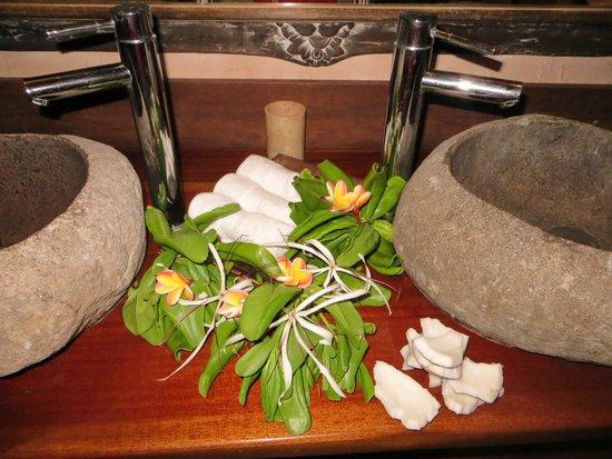 Green Lodge: Fleurs dans la salle de bain