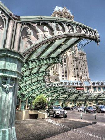 Paris Las Vegas: Valet parking area