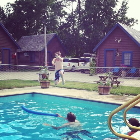 Blue Gables Motel: Swimming at Blue Gables.