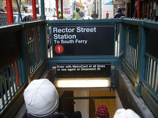 New York Marriott Downtown: La entrada el metro que se encuentra a pasos del Hotel