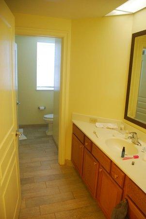 Marriott's Ocean Pointe: Hall bath