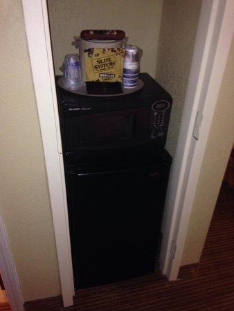 Best Western Plus Georgetown Corporate Center Hotel: Mini fridge & microwave area.
