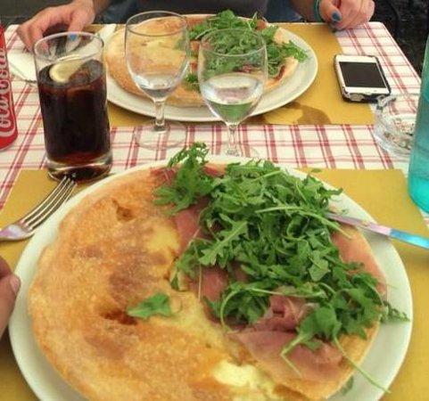 Da Nicola Ristorante Pizzeria: Mezza Focaccia con formaggio, mezza con formaggio crudo e rucola