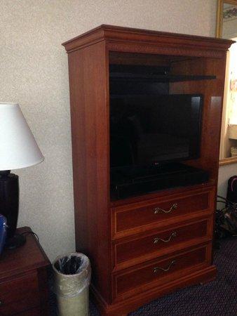 """Chestnut Tree Inn Cherokee: LG 32"""" TV"""