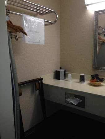 Chestnut Tree Inn Cherokee: Left vanity