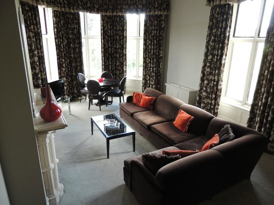Mercure Warwickshire Walton Hall Hotel and Spa: Sitting room - Suite 8.