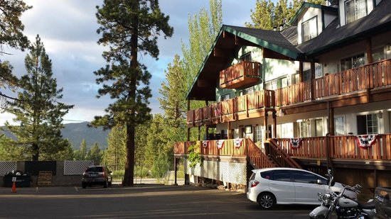 Honey Bear Lodge & Cabins: Lodge in the evening