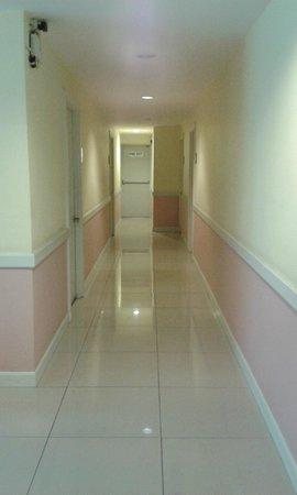 Vista Residence Bangkok: The corridor to the rooms