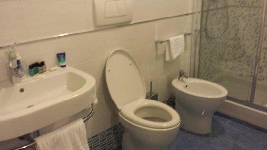 Heart Hotel : 1 of 2 bathrooms
