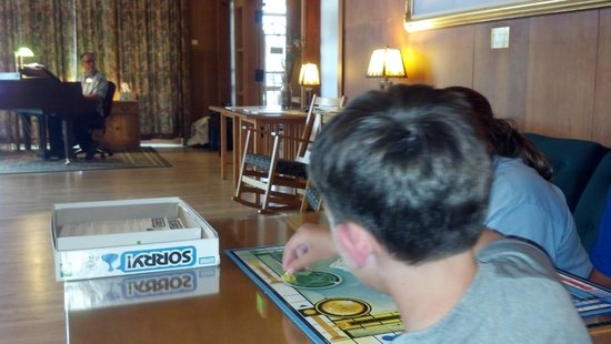 Mammoth Hot Springs Hotel & Cabins: Board games while we listen to the awesome pianist.